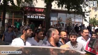 """""""Gücünüz mənə çatır, ay əclaflar?!"""" - Qadın polisi ittiham etdi... (yolu kəsən əhali ilə qarşıdurma)"""