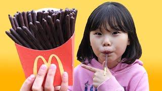 라임의 맥도날드 초콜릿 감자튀김 놀이 Pretend Play McDonald's Happy Meal Chocolate French Fries Mega Big | LimeTube