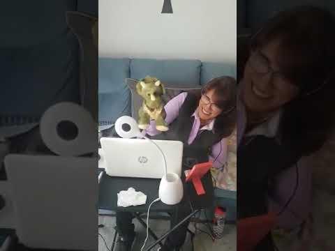 Miss Adri y Dinosabio dando clases