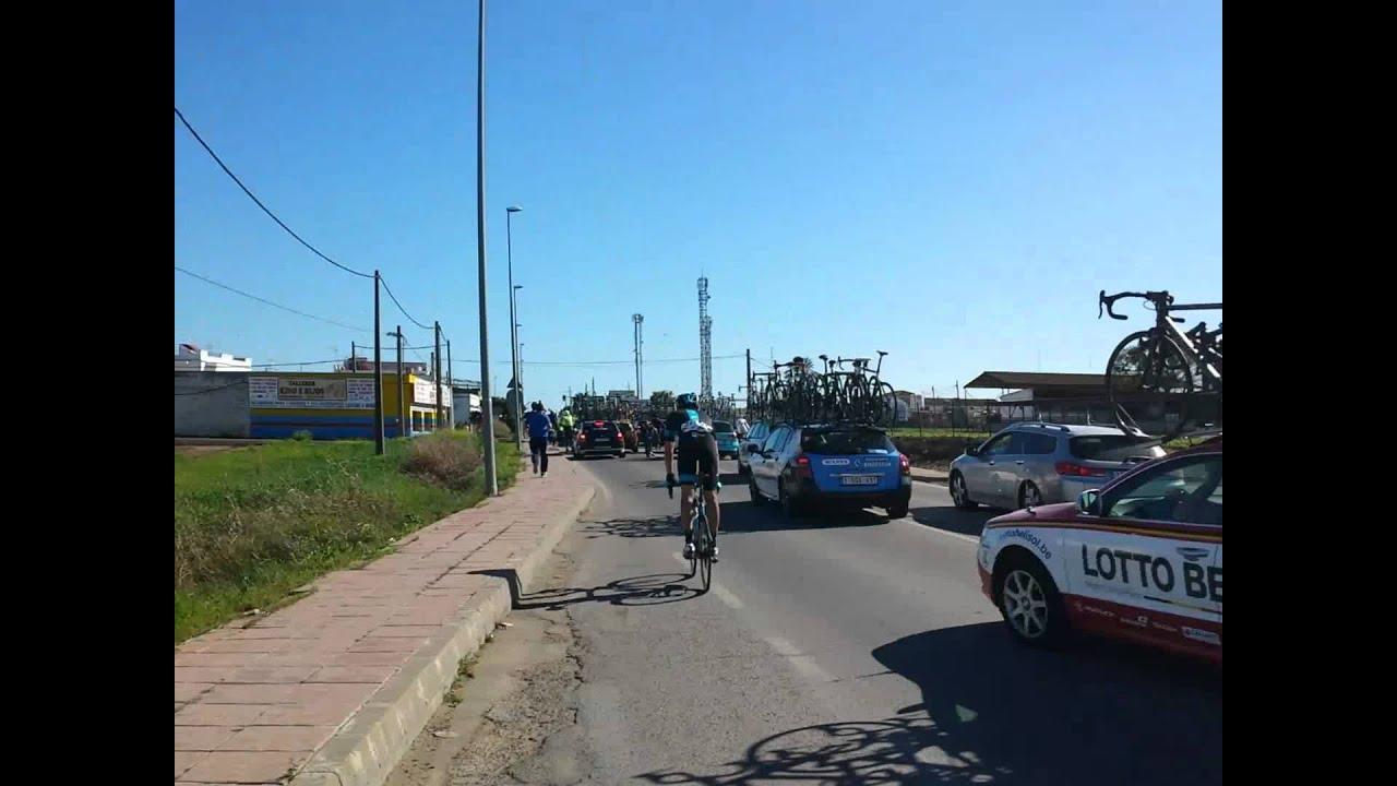 Carrera de bicicletas y caida de ciclistas