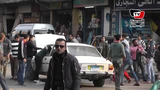 مواطنون يتولون عملية تفتيش سيارة بعد الاشتباه في جود قنبلة بها