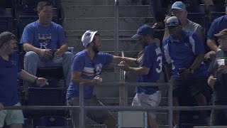 DET@KC: Two fans work together to make juggling catch