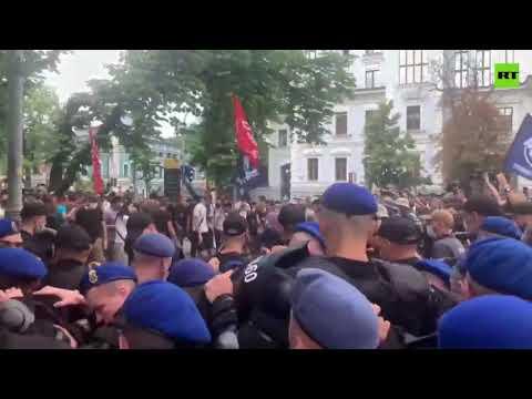 شرطة كييف تستخدم الغاز لتفريق محتجين ضد فعالية للمثليين  - نشر قبل 4 ساعة