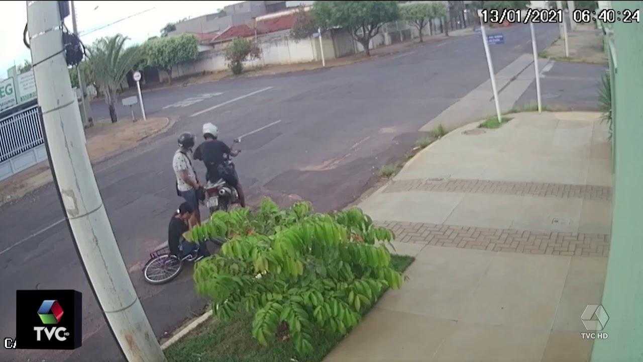 Ladróes derrubam mulher de bicicleta e roubam a bolsa da vitima