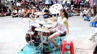 ПотрясноДевушка играет на барабанах Супер Марио  на барабанах