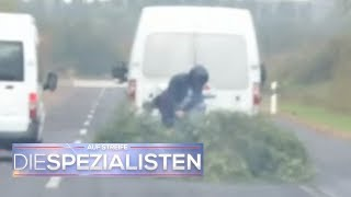 Anhänger-Wahnsinn auf der Autobahn: Mann versucht Maibaum zu zersägen! | Auf Streife | SAT.1 TV