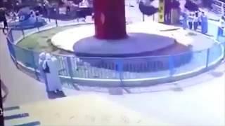 Видео, на котором маленькая девочка вылетает с карусели и сш