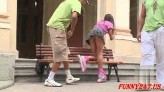 בחורה עם חצאית קצרה מתכופפת מול גברים עם ישבן בפרצוף..מתיחות הטובות ביותר