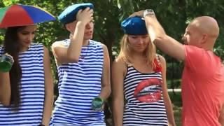 Девушки пытаются разбить бутылки об голову! )))))