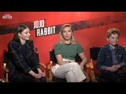 jojo-rabbit:-scarlett-johansson,-thomasin-mckenzie-&-roman-griffin-davis-interview-|-extra-butter
