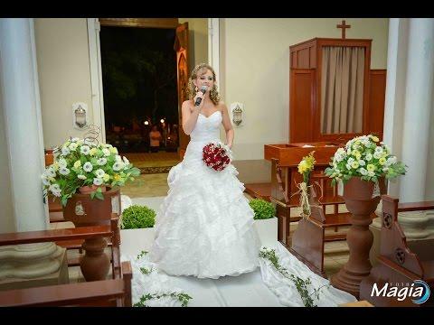 Noiva entra cantando no seu casamento