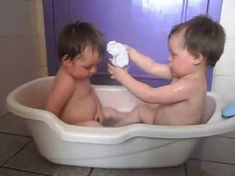 As gêmeas Júlia e Nicole se amam muito, mas nem sempre conseguem se entender