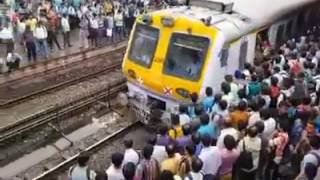 MUMBAI LOCAL TRAIN CROWD|Most Crowded Train in India|Most Crowded Train in the World|Mumbai Lifeline