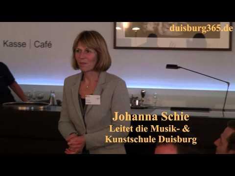 Ein Blumenstrauss fuer Johanna Schie von der MKS Duisburg im Museum DKM
