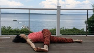 床に寝転んでするツイスト。少し易しいものから始めてトライアングルの...
