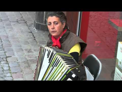 Erica, chant et accordeon rue du Gros...