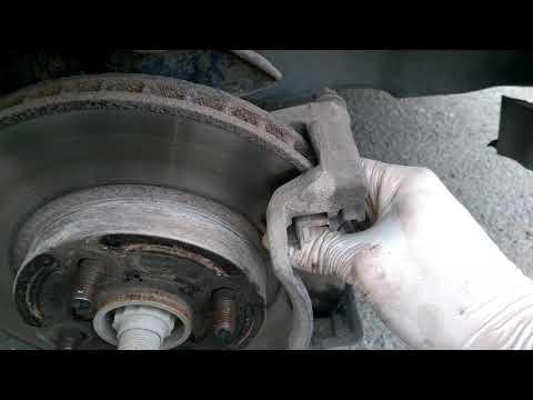 Замена передних тормозных колодок Toyota Corolla 120