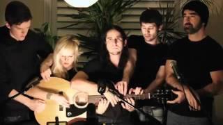5 người cùng chơi một guitar
