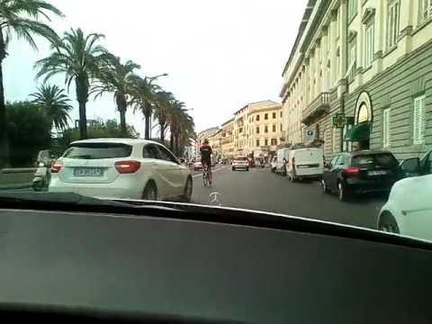 Livorno - Davide Nicola in Bicicletta e il signore che lo insegue in ciabatte! (Divertente) 14062017