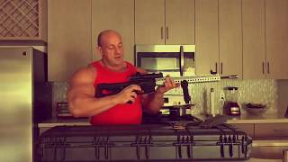 Hardkorowy Koksu pokazuje swoja zabawke AR-15