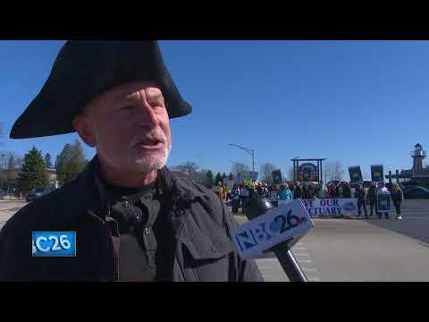 Demonstrators call on Gov. Walker to protect Lake Michigan shipwrecks