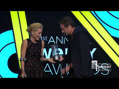 David Duchovny & Gillian Anderson Webby Awards 2017 (with the ending)