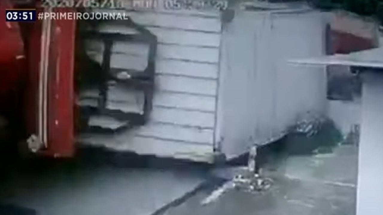Notícias - Carreta tomba e deixa moradores presos no Recife - online