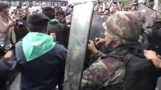 ปากร้องตะโกน ทหารรังแกประชาชน  แต่ภาพที่เห็นมันขัดแย้งจริงๆ