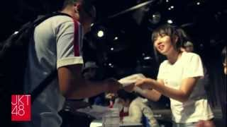 jkt48 diary selling heavy rotation cd at jkt48 theater