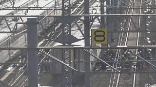 山の頂上が白くなり、寒風の中で復旧作業に取り組む、長野新幹線車両センター。