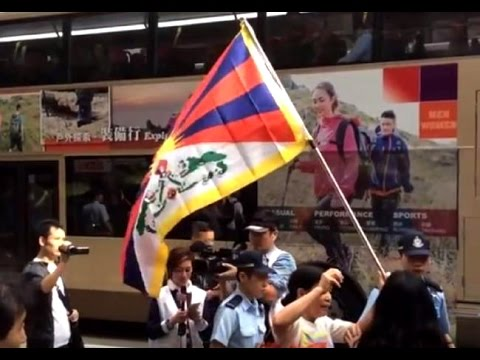 Activist raises Tibet flag against top CCP leader Dejiang's visit to Hong Kong