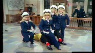 Rudi Carrell & Die Jacob Sisters - Auf dem Polizeirevier 1969 thumbnail