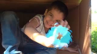 Малыш Андрей играет в прятки с Алексом на игровой площадке