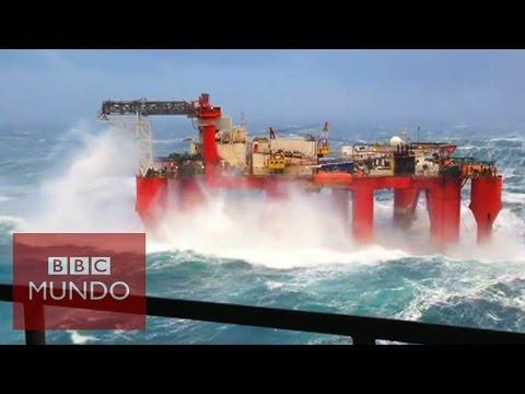 Nos vamos a ver un temporal en el mar. En este caso nos impresionará ver como se las arregla una plataforma petrolífera ante las gigantescas olas de un temporal...No me gustaría ser uno de los trabajadores de ese lugar...