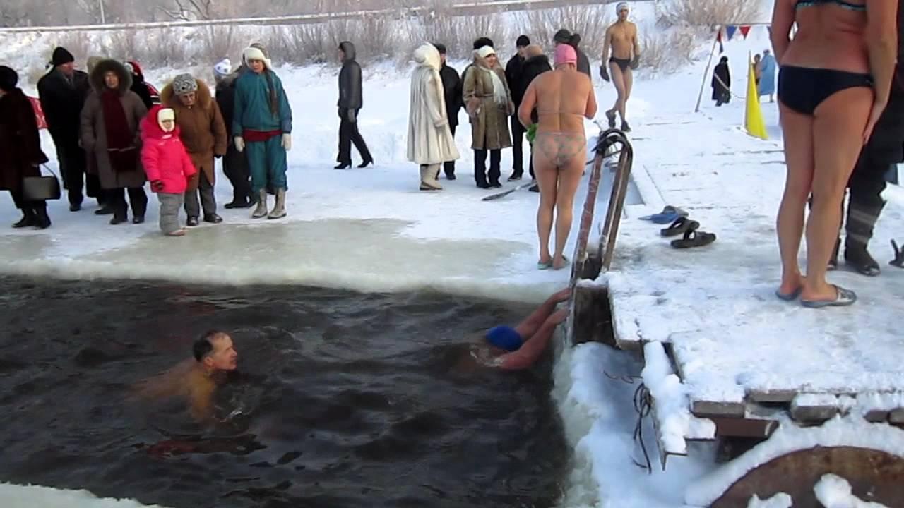 у купающейся нагишом одежду сперли - 2