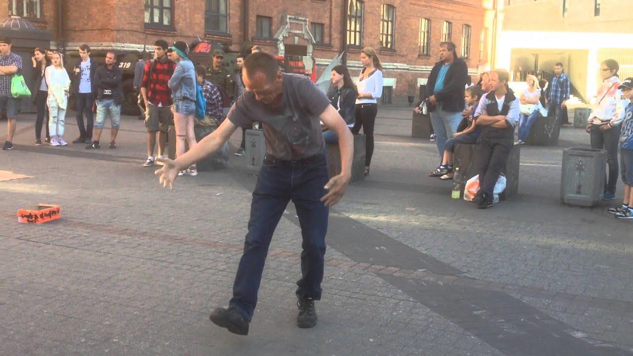 Бомж танцует брейк данс у Галереи в Питере!