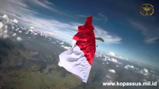 Download Video PEMECAHAN REKOR MURI - TERJUN PAYUNG DENGAN MEMBAWA BENDERA MP3 3GP MP4
