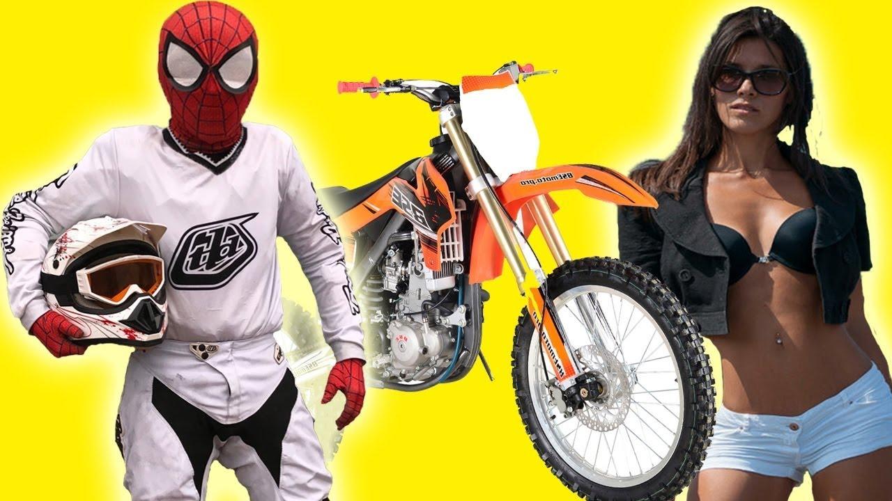 Der Motorradfahrer SpiderMan hat RACE MOTOCROSS auf dem Motorrad Yamaha im wirklichen Leben inszeniert + video