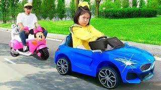boram va à l'école voir des jouets de voitures dans une nouvelle maison