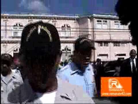 Ex alcalde  de la Romana Tony Adames sale corriendo del palacio de justicia