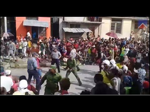 Tiros y pedradas: Así se enfrentaron boinas negras y vecinos en Santiago de  Cuba - YouTube