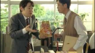 職員室で「リッチコンソメ」を食べながらテストの採点をしているコイケ...