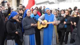 Поющие монашки у Собора Св. Петра в Ватикане.