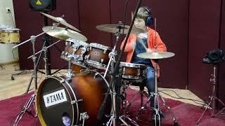 Люси! Восьмилетний ребенок играет на барабанах!