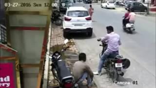 whatsapp funny videos india bike thief caught on cctv footage