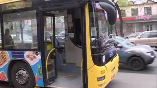Пожилой мужчина получил ушибы, упав в маршрутном автобусе с высокой ступеньки