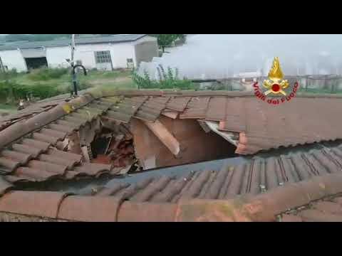 Un fulmine sventra il tetto di un'abitazione n...