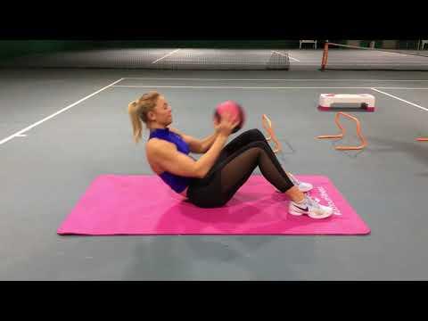Fitnesstraining mit Carina Witthöft: Crunches mit Medizinball