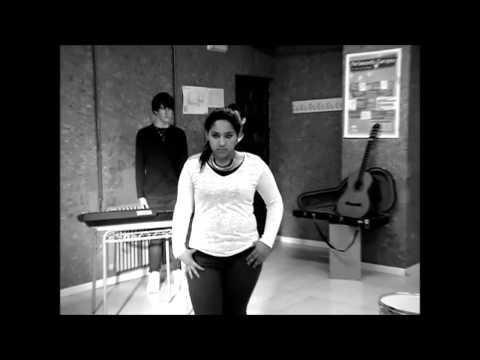 IES ÁLVAREZ CUBERO - Roxana López canta Zombie