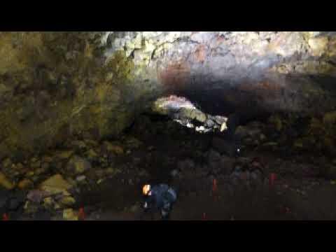 火山の火口の中に入るアイスランド・ボルケーノ